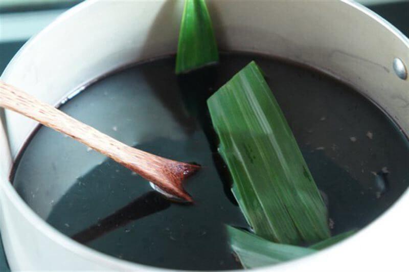 Cho lá dứa nấu vào nồi cơm điện nấu chung cùng nếp cẩm