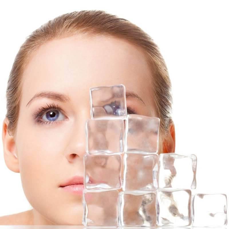 Chườm đá lạnh để giảm bớt sưng sau nâng mũi