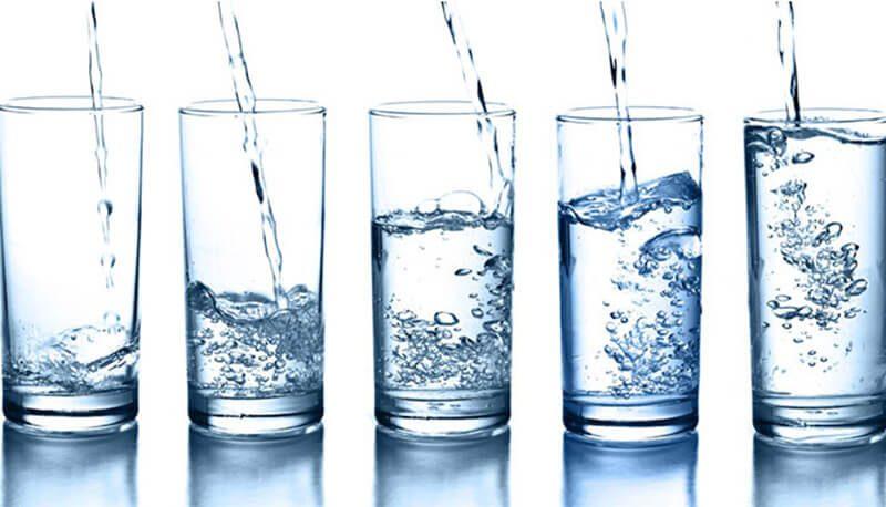 Nên uống nhiều nước ngay sau khi xăm môi