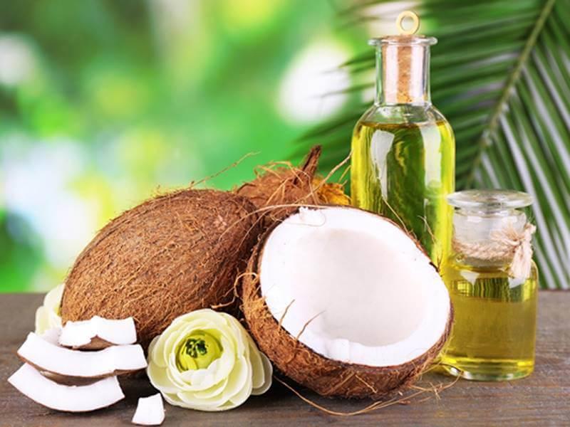 Dầu dừa là nguyên liệu tự nhiên lành tính có thể dùng để dưỡng môi sau khi phun xăm