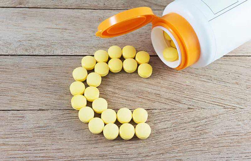 Vitamin C và nước hoa hồng trị mụn